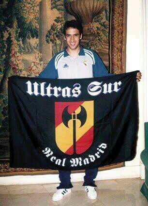 """Raúl con la bandera de la afición """"Ultra Sur"""""""